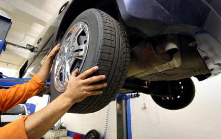mechanic changing a car wheel - Tampa Bay Wheels